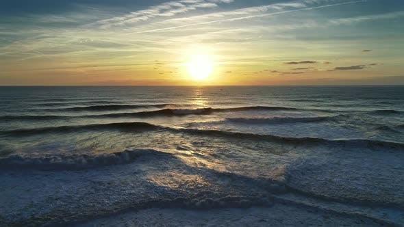 Luftaufnahme auf großen Ozeanwellen und Sonnenuntergang Sonne