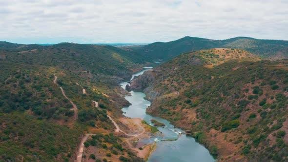 Cover Image for Luftaufnahme des Gebirgsflusses in der Nähe von Mertola