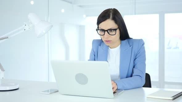 Thumbnail for Junge Geschäftsfrau schockiert, fragen sich bei der Arbeit