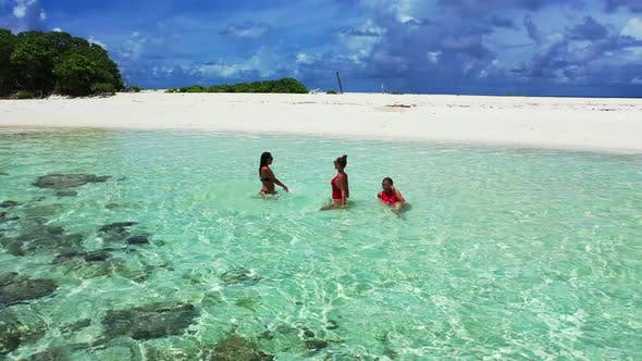 Thumbnail for Schöne Frauen sehen wunderschön aus an einem schönen Strandurlaub am Meer am blauen Meer und weißem Sandboden