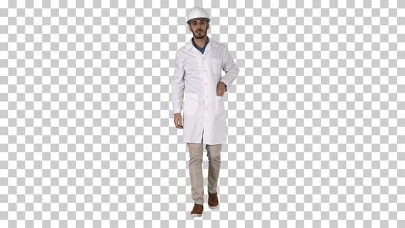 Wissenschaftlicher Ingenieur in Schutzbrille und harter Hut zu Fuß Sicherheit