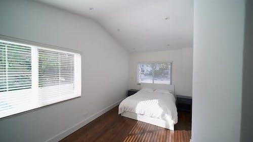 Neues Wohn-Schlafzimmer mit Jalousien