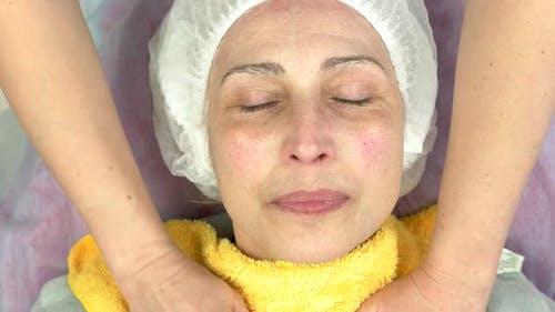 Massage mit heißen Handtüchern