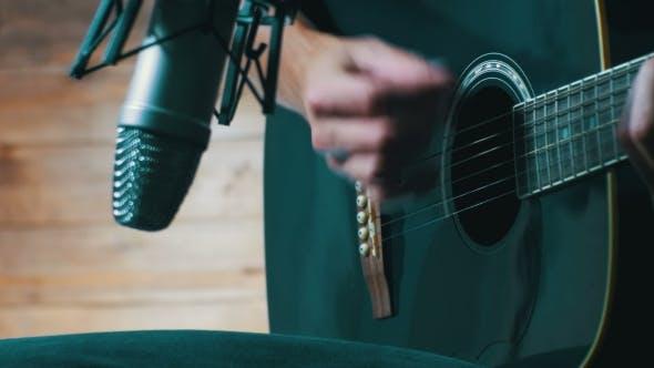 Thumbnail for Musiker Aufnahme Akustikgitarre im Mikrofon auf dem Home Studio