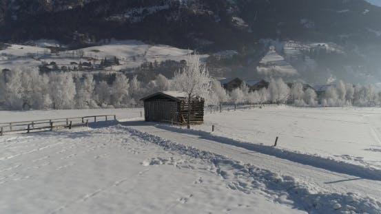 Schuppen auf verschneiten Feld