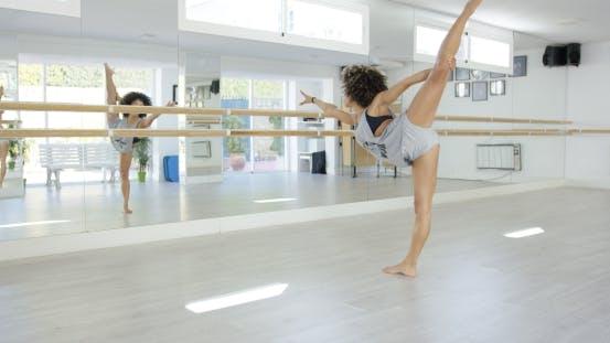 Thumbnail for Junge Tänzerin Üben in einem Tanzstudio