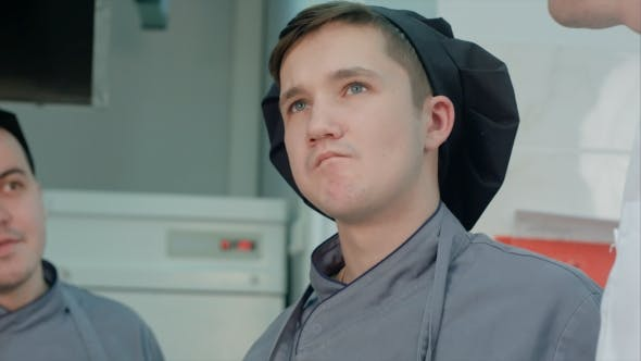 Thumbnail for Young Cook Trainee Verkostung Meeresfrüchte Gericht