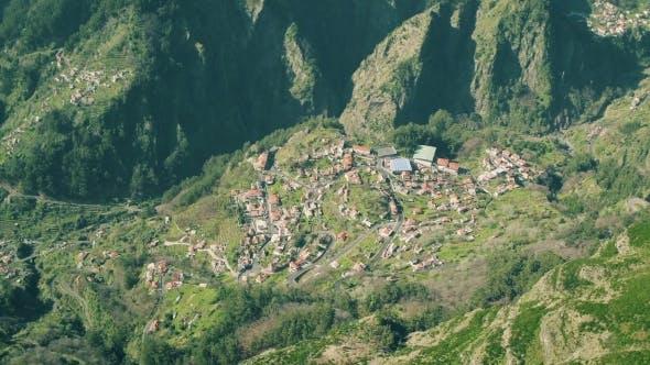 Thumbnail for Luftbild der Landschaft in den Bergen
