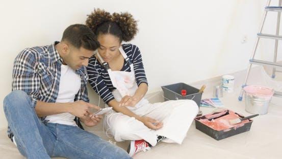 Thumbnail for Junges Paar überprüfen ihre sozialen Medien