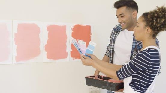 Thumbnail for Junges Paar überprüfen Farbfelder