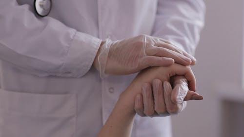 Arzt Trostender Patient