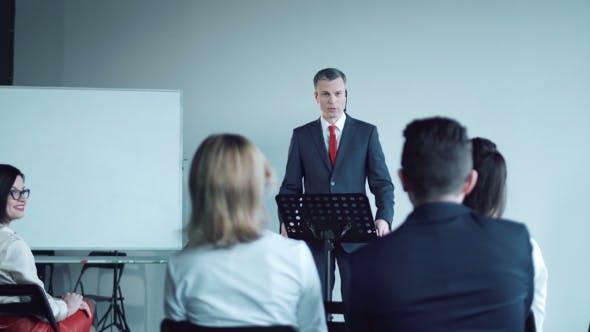 Thumbnail for Aufmerksames junges Publikum in einem Business-Meeting