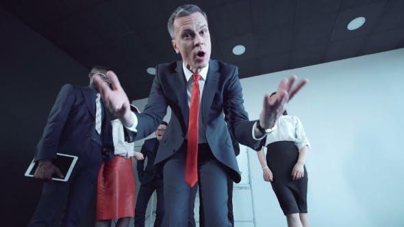 Thumbnail for Wütend Geschäftsmann Gestieren bei Kamera während Präsentation