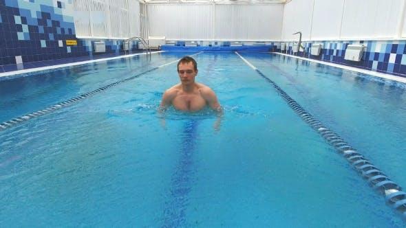 Thumbnail for junger mann schwimmen die Brustschlag in ein pool