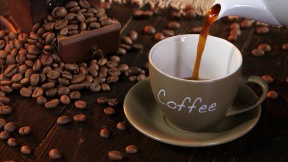 Thumbnail for Kaffee in kleiner Tasse auf einer Untertasse auf Holztisch