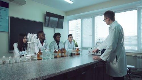 The Tutor Explaining Chemistry