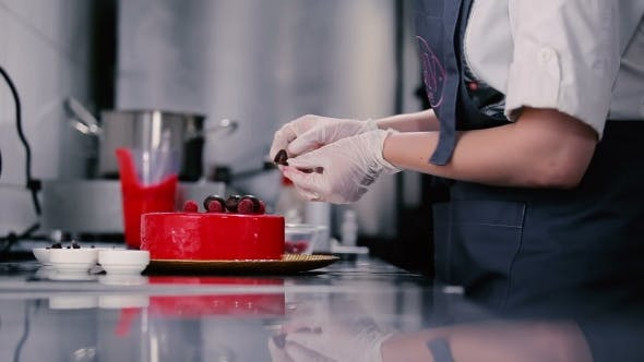 Thumbnail for Cook Cake mit Schokoladenblättern verziert.