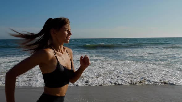 Thumbnail for Sportliche Frau Joggen entlang des Strandes