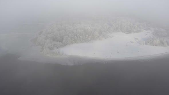 Thumbnail for Fliegen über den Winterwald, über den Fluss