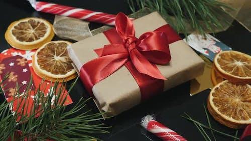 Weihnachtsgeschenk gegen traditionelle Weihnachtsdekoration