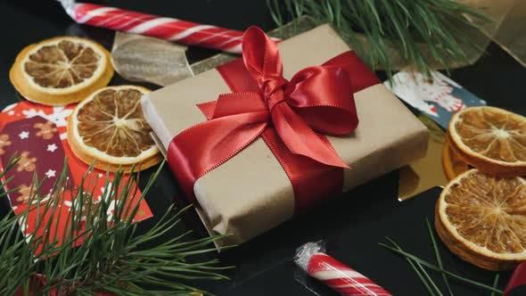 Thumbnail for Weihnachtsgeschenk gegen traditionelle Weihnachtsdekoration