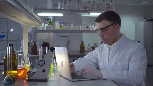 Md in Forensik Science füllt Dokumente