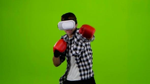 Thumbnail for Mann spielt in einer Box mit VR-Brille. Grüner Bildschirm