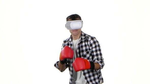 Thumbnail for Mann spielt in einer Box mit Brille der virtuellen Realität