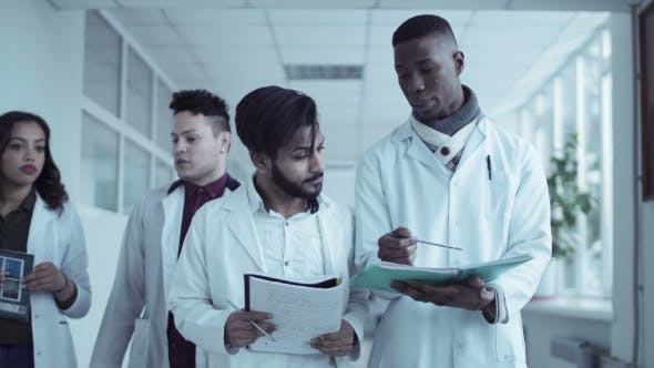 Thumbnail for Mittlerer Schuss von Medizinstudenten im Krankenhaus