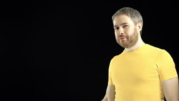 Thumbnail for Hombre Alegre en camiseta amarilla sostiene martillo