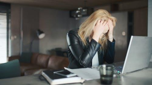 Irritée femme d'affaires annulant le plan et le papier froissé