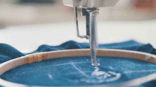 Stickmaschine Nadel in Textilindustrie bei Bekleidungsherstell