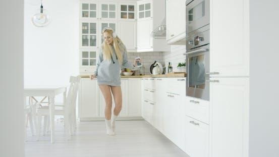 Thumbnail for Tanzende Frau in der Küche