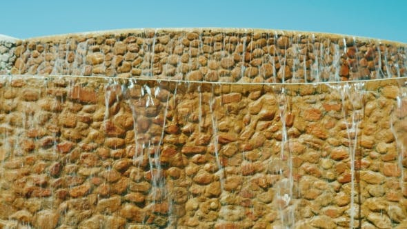 Dekorativer Wasserfall