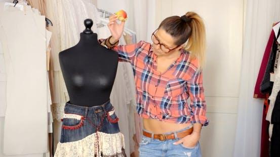 Thumbnail for Schneider posiert mit Schaufensterpuppe