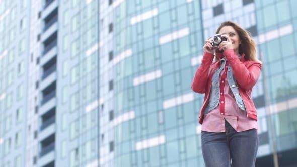 Thumbnail for Niedlich junge Mädchen nimmt Bilder von Ihr Freunde auf ein Film Kamera