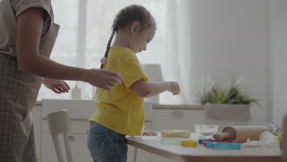 Selbst gemachtes Backen mit einem Kind