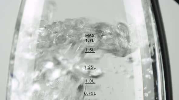 Thumbnail for Wasserkocher mit transparenten Wänden und Messskala. Aktiv kochendes Wasser