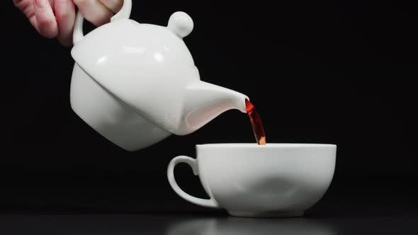 Thumbnail for Tee aus einer Teekanne gießen