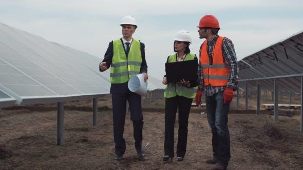 Thumbnail for Ingenieure gehen zwischen Reihen von Photovoltaik-Panels