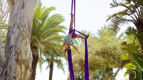 Anmutige weibliche akrobatische Tänzerin