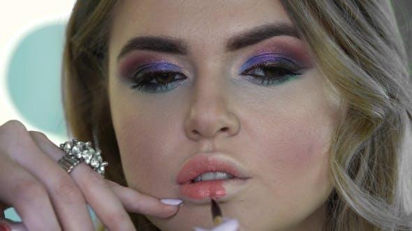 Thumbnail for de Jeune Femme Obtenir Maquillage Permanent Lèvres au Salon de Beauté
