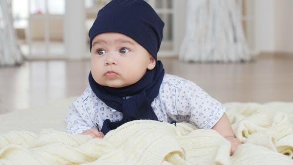 Thumbnail for Fashion Kid Liegt und Lächeln