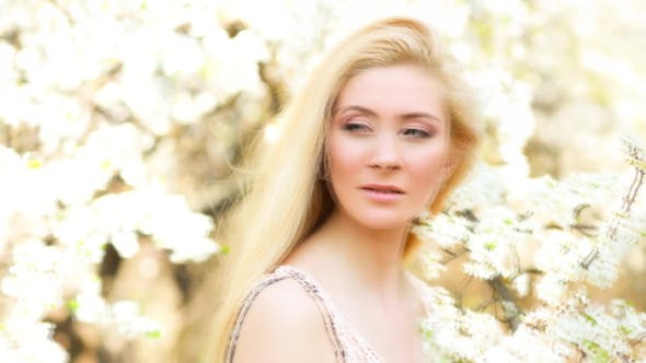 Thumbnail for Schöne junge Frau bei Blossom Outdoor. Video aus Fotosequenz