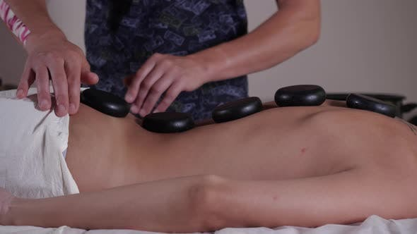 Entspannende Massage. Steintherapie für junge Damen
