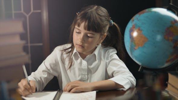 Thumbnail for Smart Schulmädchen verwenden Globus