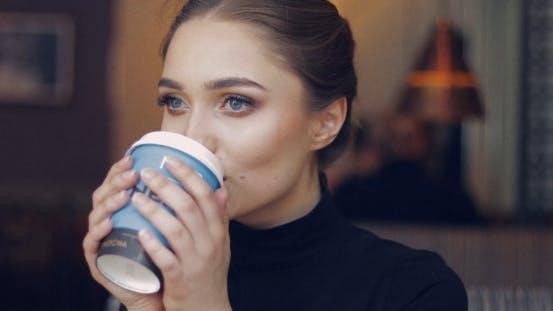 Tendre Femelle avec Café