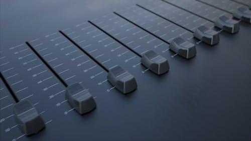 Mehrere Schiebe-Fader auf einem Panel mit Lautstärke-Beschriftung