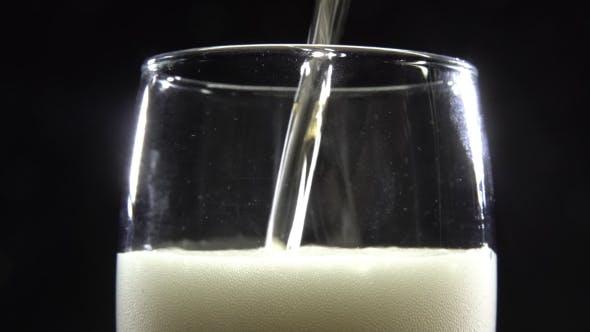 Thumbnail for Ein Glas Bier auf einem schwarzen Hintergrund