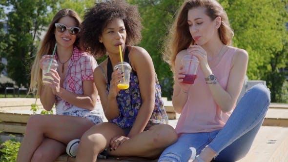 Thumbnail for Frauen sitzen mit Getränken